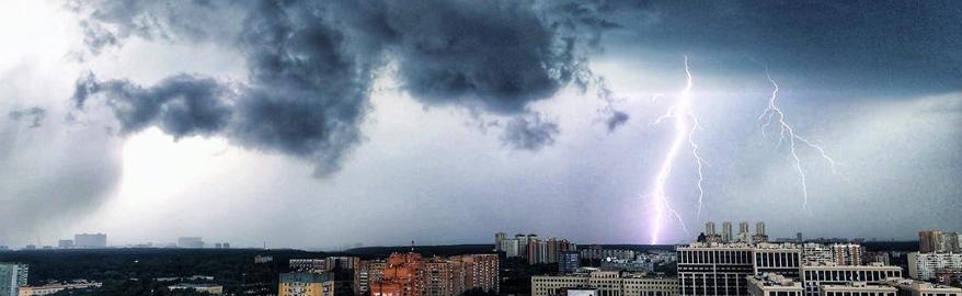 Тропические ливни над Москвой: реакция соцсетей